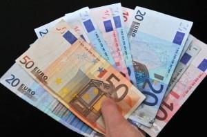 https://www.espanja.org/wp-content/uploads/279749_des-billets-de-banque-en-euros.jpg